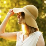 紫外線対策の帽子の色は何がいい?つばの長さやおすすめについて